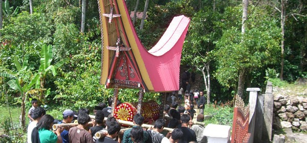 800px-Moving_coffin_to_the_tomb,_Tana_Toraja,_Indonesia